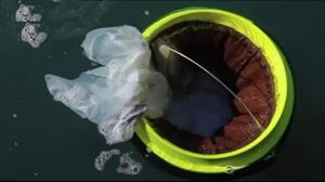 Lixeira aquática movida à energia solar suga até 83 mil sacos plásticos por ano