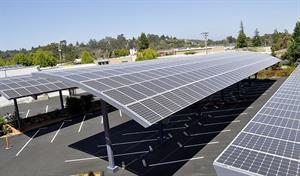 Estacionamento de Vitória – ES é coberto com painéis de energia solar para iluminar a cidade à noite