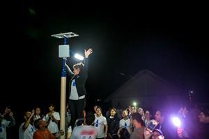 Voluntários instalam postes com energia solar em comunidade indígena de Palhoça – SC