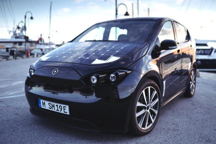 Carro elétrico movido a energia solar carrega as baterias enquanto anda