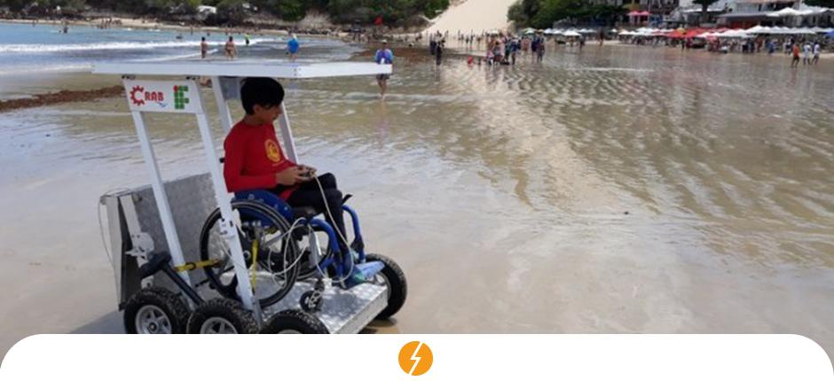 Cadeira de rodas movida a energia solar é nova aposta para usuários aproveitarem a praia